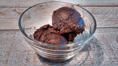 Helado con chocolate negro